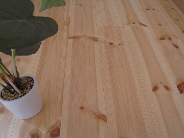 レッドパイン 無垢材のフローリング
